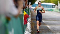 Flora menyelesaikan pertandingan dalam waktu satu jam 55 menit 36 detik. Dia lebih cepat satu menit 14 detik dari atlet Inggris Raya Georgina Taylor Brown yang meraih medali perak. (Foto: AP/David Goldman)