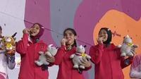 Tim Panjat Tebing Putri Indonesia saat selebrasi penyerahan medali Asian Games 2018. (Bola.com/Vidio.com)