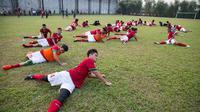 Para pemain Timnas Indonesia U-19 melakukan pendinginan usai laga ujicoba melawan PPLM di Lapangan NYTC Sawangan, Depok, Jawa Barat, Jumat (5/8/2016). Indonesia U-19 menang 3-0 atas PPLM. (Bola.com/Vitalis Yogi Trisna)