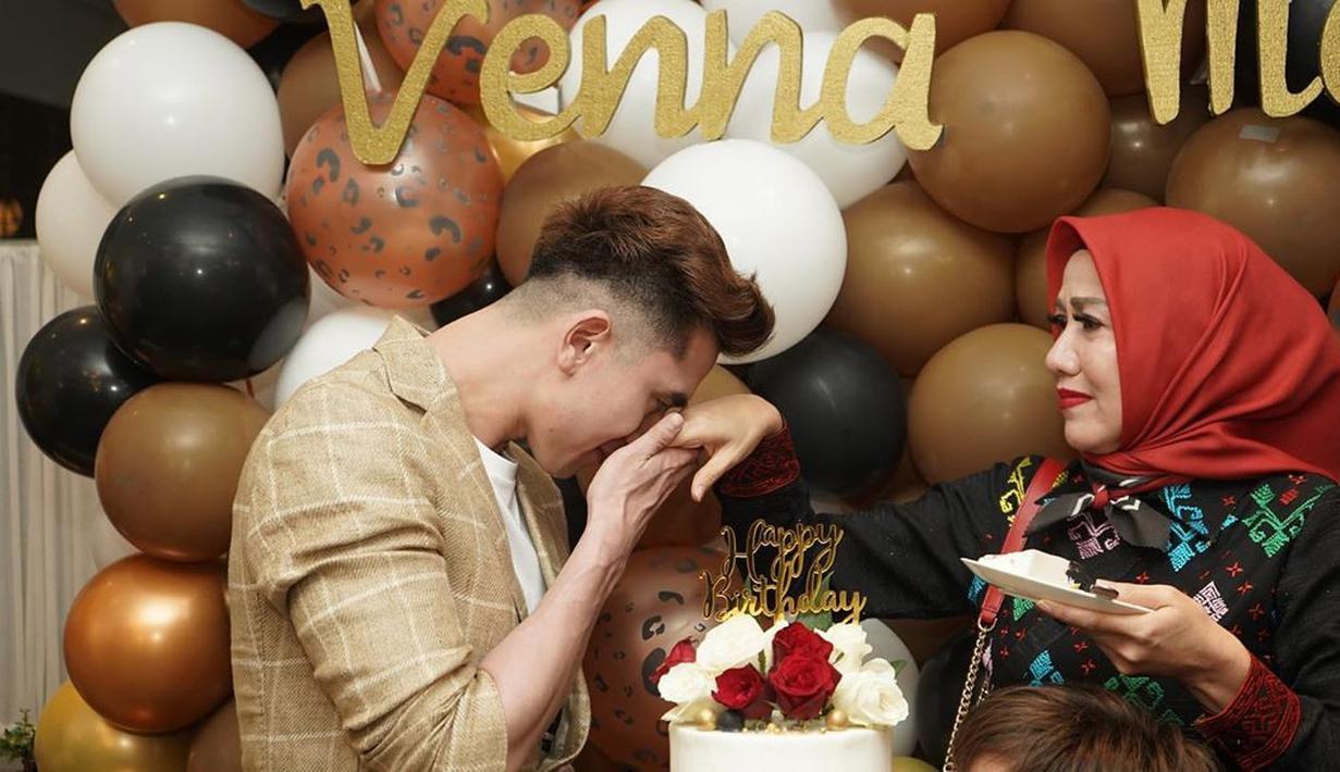 Artis cantik Venna Melinda telah genap berusia 48 tahun pada 20 Juli 2020 lalu. Di hari bahagianya, Venna pun mendapat kejutan dari sahabat dan keluarga. Terlihat juga hadir Verrell Bramasta di hari ulang tahun sang ibu. (Instagram/bramastavrl)