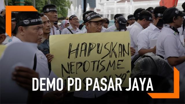 Ratusan Pekerja PD Pasar Jaya menggelar aksi demonstrasi di depan Balai Kota DKI Jakarta. Mereka menuntut Gubernur DKI mengganti direksi PD Pasar Jaya karena dinilai melanggar aturan perekrutan karyawan.