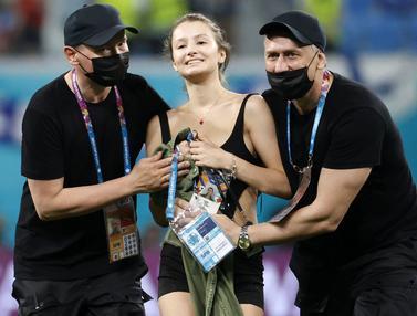 Foto Piala Eropa: Potret Penyusup Lapangan yang Warnai Pertandingan Euro 2020, Ada Wanita Cantik nan Seksi