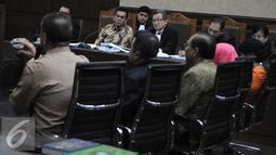 Mohamad Sanusi dan penasehat hukumnya menyimak kesaksian Sugianto Kusuma (Aguan) atas kasus Raperda Reklamasi Pantai Utara Jakarta di Pengadilan Tipikor, Jakarta, Rabu (7/9). (Liputan6.com/Helmi Afandi)