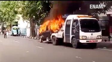 Pemilik mobil lakukan aksi nekat saat petugas Dinas Perhubungan DKI lakukan razia dengan membakar mobil pribadinya