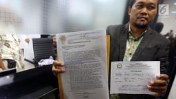 Masyarakat Anti Korupsi Indonesia (Maki) menunjukan surat pelopran Pimpinan DPR Ke Mahkamah Kehormatan Dewan (MKD), di Gedung Nusantara I, Jakarta, Rabu (13/9). Dalam pelaporannya Maki melaporkan Wakil Ketua DPR Fadli Zon. (Liputan6.com/Johan Tallo)