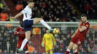 Aksi pmain Tottenham, Eric Dier melepaskan tembakan melewati adangan pemain Liverpool, Jordan Henderson pada lanjutan premier League di Anfield, Liverpool, (4/2/2018). Liverpool bermain imbang 2-2 dengan Tottenham. (AP/Rui Vieira)