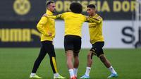 Pemain Borussia Dortmund Paco Alcacer (kiri) bersama Axel Witsel (tengah) dan Achraf Hakimi (kanan) berlatih di Dortmund, Jerman, Senin (16/9/2019). Dortmund siap menjamu Barcelona pada laga Grup F Liga Champions di Signal Iduna Park. (AP Photo/Martin Meissner)
