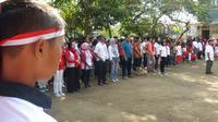 Tak ada jarak antar wali murid maupun para siswa, baik saat upacara maupun saat lomba. (foto : Liputan6.com / wisnu wardhana)