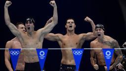 Tim renang putra Amerika Serikat sabet emas sekaligus pecahkan rekor dunia di nomor estafet gaya ganti putra 4x100 meter. Tim yang diperkuat oleh Ryan Murphy, Michael Andrew, Dressel dan Zach Apple mampu mencatatkan waktu 3 menit 26,78 detik pada Minggu (01/08/2021). (Foto: AP/Gregory Bull)