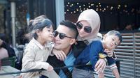 Detri Warmanto dan keluarga. (Foto: Instagram @detriwarmanto)