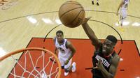 Clint Capela melakukan dunk saat Rockets mengalahkan Warriors di gim kelima final Wilayah Barat NBA (AP)