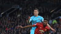 Striker Manchester United, Marcus Rashford berebut bola dengan pemain Newcastle United Javier Manquillo saat bertanding pada lanjutan Liga Inggris di stadion Old Trafford (6/10). MU menang tipis atas Newcastle 3-2. (AP Photo/Jon Super)