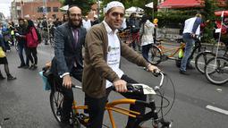 Imam Osman Oers (depan) dan Rabbi Akiva Weingarten mengayuh sepeda tandem sebagai kampanye lintas agama melintasi Ibu Kota Jerman, Berlin, 24 Juni 2018. Kegiatan ini untuk menunjukkan bahwa Muslim dan Yahudi bisa hidup berdampingan. (AFP/John MACDOUGALL)