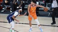 Pemain Phoenix Suns Devin Booker (kanan) pada laga NBA di Disney (AP)