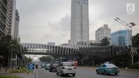 Kendaraan melintas di dekat Jembatan Penyebarangan Orang (JPO) di Jalan Sudirman, Jakarta, Rabu (28/8/2019). Pemprov DKI Jakarta akan membangun 15 jembatan penyeberangan orang (JPO) berkonsep modern atau futuristik pada 2020.  (Liputan6.com/Faizal Fanani)