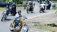 Presiden Joko Widodo atau Jokowi mengendarai motor Chopper saat blusukan di Sukabumi, Jawa Barat, Minggu (8/4). Presiden mengendarai motornya untuk meninjau pelaksanaan program padat karya tunai. (Liputan6.com/Pool/Biro Pers Setpres)