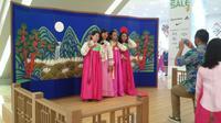 Korea Indonesia Festival menyediakan foto gratis sambil menggunakan Hanbok khusus untuk para pengujungnya.