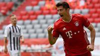 4. Robert Lewandowski (68 gol) - Penyerang Bayern Munchen ini menjadi top skor Liga Champions musim 2019/2020. Lewandowski memiliki 68 koleksi gol dari memperkuat Bayern Munchen dan Borussia Dortmund di Liga Champions. (AFP/Sven Hoppe)