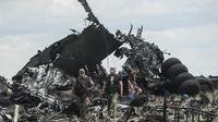 Pasukan pemerintah Ukraina tengah menyisir lokasi jatuhnya pesawat Ilyushin-76 (IL-76) oleh pemberontak pro-Rusia (AFP Photo)