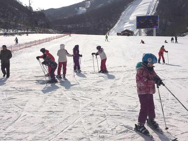 Anak-anak sekolah Korea Utara bersiap untuk bermain ski di resor ski Masik Pass (28/1). Resor ski ini dibangun pada tahun 2013 atas perintah pemimpin Korea Utara Kim Jong Un. (AP Photo / Eric Talmadge)