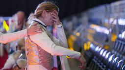 Atlet anggar asal Hungaria, Flora Pasztor menangis setelah timnya kalah dari Kanada pada pertandingan individu anggar putri di Olimpiade Tokyo 2020, Kamis (29/7/2021). (Foto: AP/Hassan Ammar)