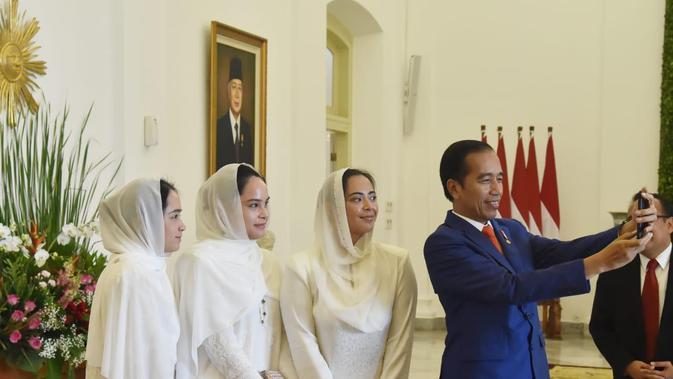Saat berswafoto, Jokowi sendiri yang memegang handphone salah satu putri Raja untuk berselfie bersama. (Foto: Lizsa Egeham)