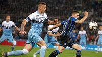 Gelandang Lazio, Sergej Milinkovic-Savic, berebut bola dengan gelandang Atalanta, Remo Freuler, pada laga Coppa Italia 2019 di Stadion Olympic, Roma, Rabu (15/5). Lazio menang 2-0 atas Atalanta. (AFP/Isabella Bonotto)