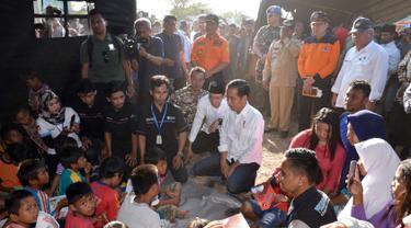 Ditemani TGB, Jokowi Bagi-Bagi Buku untuk Korban Gempa Lombok