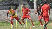 Feby Eka Putra (depan) saat latihan dengan skuat arema pada Oktober lalu. (Iwan Setiawan/Bola.com)