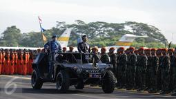 Marsekal TNI Hadi Tjahjanto memeriksa pasukan dengan menaiki mobil komando saat upacara peringatan Hari Ulang Tahun (HUT) ke-71 di Taxi Way Skuadron Udara Bandara Halim Perdanakusuma, Jakarta, Minggu (9/4). (Liputan6.com/Faizal Fanani)