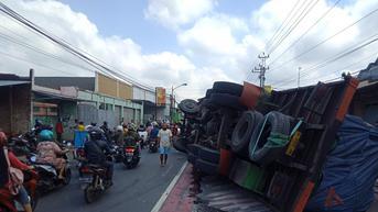Ngeri, Detik-Detik Truk Tronton Terguling dan Timpa Mobil Karimun di Purbalingga