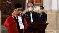 Presiden Joko Widodo atau Jokowi menyaksikan sumpah jabatan Manahan Sitompul sebagai Hakim Konstitusi di Istana Negara Jakarta, Kamis (30/4/2020).