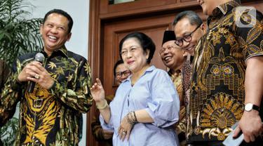 Ketua MPR Bambang Soesatyo (kiri) bersama Pimpinan MPR menemui Presiden ke-5 RI Megawati Soekarnoputri di kawasan Menteng, Jakarta, Kamis (10/10/2019). MPR mengundang Megawati untuk hadir dalam pelantikan Presiden Joko Widodo dan Wapres Mar'uf Amin 20 Oktober mendatang. (Liputan6.com/Johan Tallo)