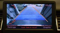 Pengemudi bisa memanfaatkan garis bantu pada kamera parkir atau bunyi dari sensor sonar.