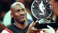 Michael Jordan menjadi rajanya titel individu pemain NBA. Ia tercatat pernah sabet 16 kali penghargaan tersebut, diantaranya lima gelar MVP reguler, enam titel MVP final, tiga MVP All Star, Rookie of the Year serta Defensive Player of The Year. (Foto: Getty Images via AFP/Timothy A. Clary)