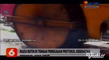 Sebanyak 2040 botol miras berbagai jenis dimusnahkan dengan dilindas buldozer di halaman Kantor Satpol PP Sidoarjo, Jawa Timur. Miras ini hasil razia Satpol PP selama musim pandemi Covid-19 yang disita dari kafe, toko, dan tempat hiburan malam.