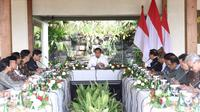 Presiden Jokowi memimpin rapat terbatas mengenai percepatan pengembangan destinasi wisata Borobudur di Patio Main Joglo, Plataran Borobudur Kabupaten Magelang, Jumat (30/8/2019). (foto: Biro Pers Kepresidenan)