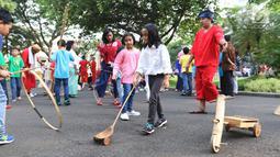 Anak-anak bermain permainan tradisional di Halaman Istana Negara, Jakarta, Jumat (20/7). Presiden Jokowi dan Ibu Negara iriana mengajak anak anak tersebut bermain, berdendang, dan berimajinasi. (Liputan6.com/Angga Yuniar)