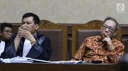 Terdakwa dugaan korupsi pengadaan e-KTP, Made Oka Masagung (kanan) menyimak keterangan saksi pada sidang lanjutan di Pengadilan Tipikor, Jakarta, Selasa (18/9). Sidang mendengar keterangan enam saksi. (Liputan6.com/Helmi Fithriansyah)