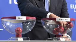 Mantan pesepakbola Italia, Ciro Ferrara, diberi kesempatan untuk mengambil bola undian laga semifinal UEFA Europa League di markas UEFA di Nyon, Jumat (11/04/14) (AFP PHOTO/FABRICE COFFRINI)