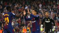 Bintang  Barcelona, Philippe Coutinho merayakan gol ke gawang Villarreal bersama Ousmane Dembele pada laga lanjutan La Liga, di Stadion Camp Nou, Kamis (10/5/2018) dini hari WIB. (AP/Manu Fernandez).