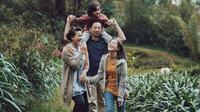 Para pemain film Keluarga Cemara (dok. Instagram @ringgoagus/https://www.instagram.com/p/BsHqCDPnBft/Putu Elmira)