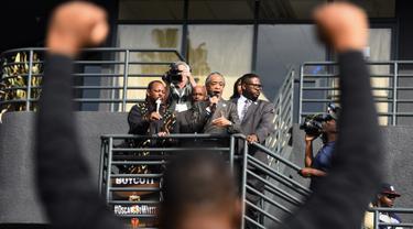 Aktivis kulit hitam Al Sharpton (tengah) berorasi saat menggelar aksi protes di luar acara Piala Oscar 2016 di Hollywood , Minggu (28/2). Perhelatan Oscar kali ini menuai kecaman karena para nominator semuanya berkulit putih. (REUTERS/Stuart Palley)