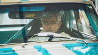 Mr. Bean tak dapat menghindari tabrakan yang terjadi tepat didepannya saat sedang mengikuti ajang balap Goodwood Revival.