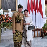 Jokowi dan Iriana menggunakan baju adat/Instagram @jokowi