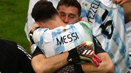Kapten Timnas Argentina, Lionel Messi, melayangkan pujian selangit kepada kiper Emiliano Martinez yang tampil apik pada semifinal Copa America 2021. Menurut Messi, Emiliano Martinez layak mendapatkan pujian karena menjadi pahlawan La Albiceleste. (Foto: AFP/Evaristo Sa)
