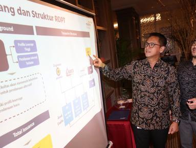 Dirut Mandiri Manajemen Investasi (MMI), Alvin Pattisahusiwa (kiri) dan Executive Vice Director Head of Alternative Investment & Product Division MMI, Nugroho Prasetyo (kiri) memberikan paparan di Jakarta, Kamis (18/10). (Liputan6.com/HO/Wawan)