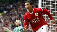 Cristiano Ronaldo menggunakan jersey nomor tujuh di Old Trafford pada 2003 hingga 2009. Ronaldo sukses mencetak 96 gol dari 214 penampilan bersama Manchester United. (AFP/Andrew Yates)