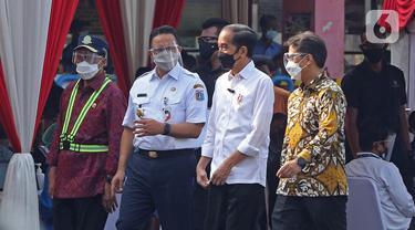 FOTO: Jokowi Tinjau Vaksinasi COVID-19 Massal di Terminal Kampung Rambutan