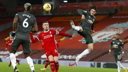 Striker Manchester United, Edinson Cavani, melepaskan tendangan saat melawan Liverpool pada laga Liga Inggris di Stadion Anfield, Minggu (17/1/2021). Kedua tim bermain imbang 0-0. (Phil Noble/Pool via AP)